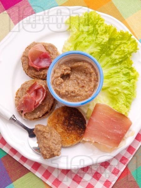 Препечени филийки с маслинова паста и хамон - снимка на рецептата